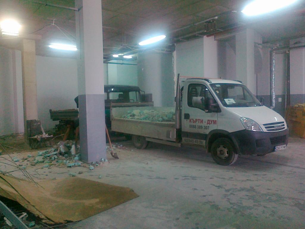 Един от специлизираните бусове на Кърти ДУМ за извозване на строителни отпадъци