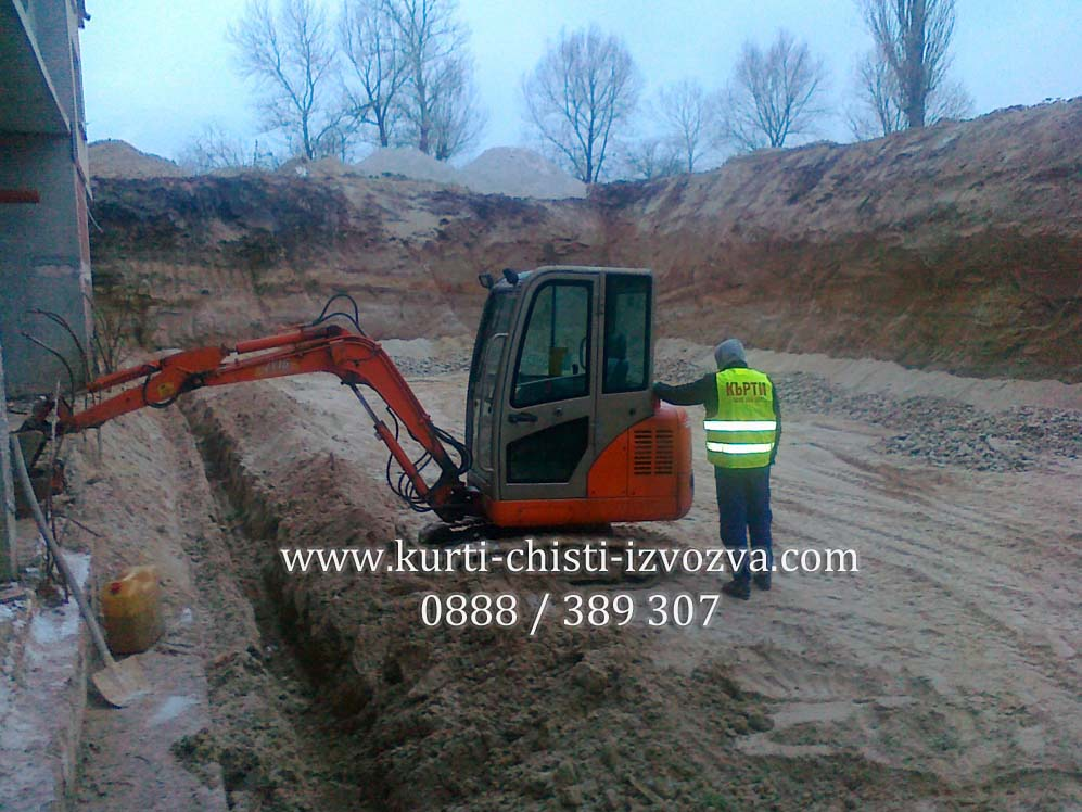Минибагер копае изкоп за дренаж