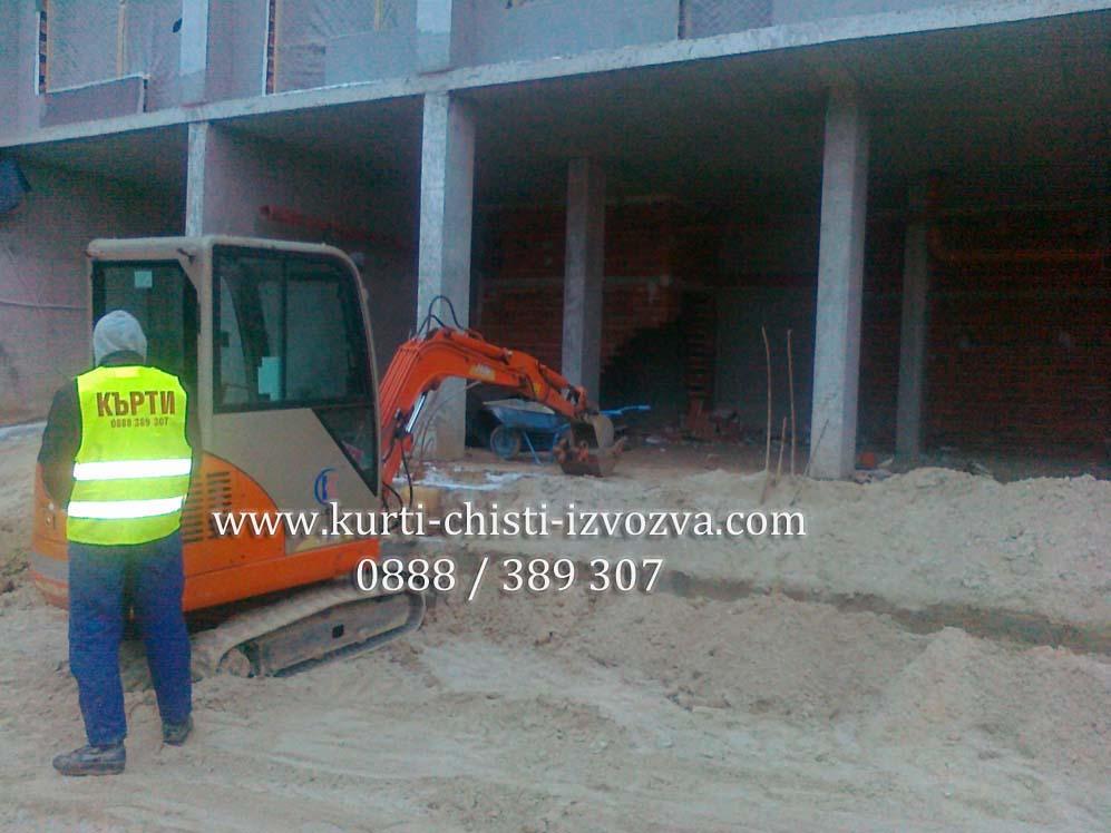 Мини-багер копае изкоп за дренаж